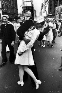 kissing-sailor